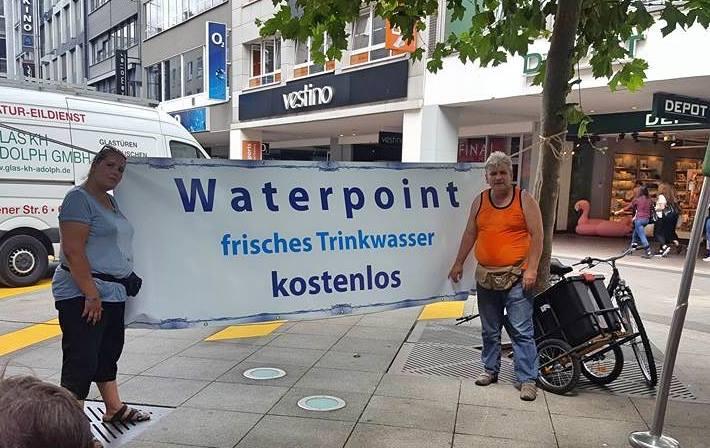 Ehrenamtler Ingo Wilke versorgt durstige Saarbrücker mit kaltem Wasser (SOL)